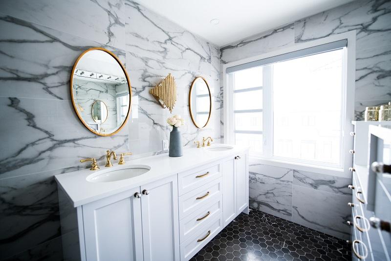 łazienka ze złotymi dodatkami